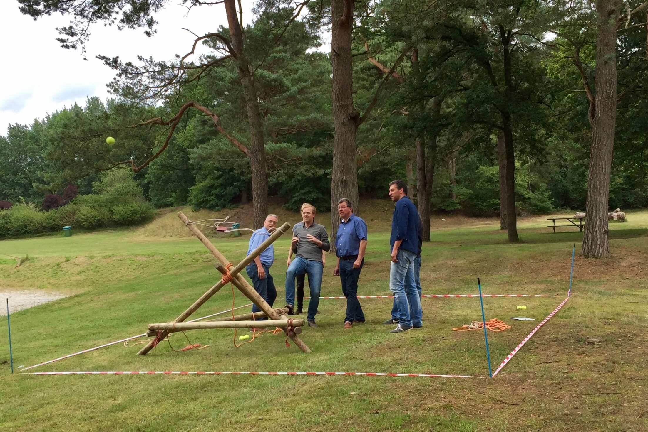 Mega-katapult-bouwen-en-schieten-teambuilding-samenwerken-2